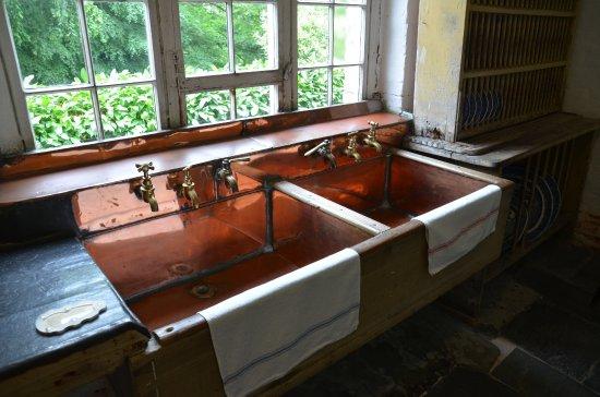 Küche mit Kupfer-Spüle - Bild von Saltram (National Trust), Plymouth ...