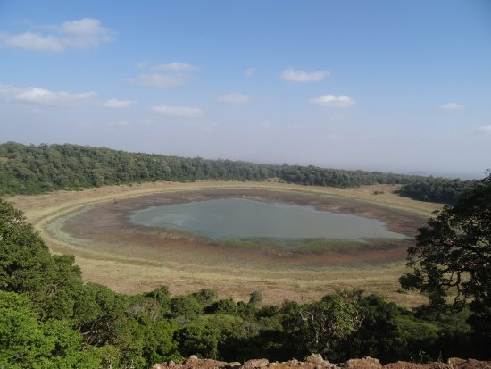 Marsabit, Kenia: Crater lake in the park. Animals easily spotted here