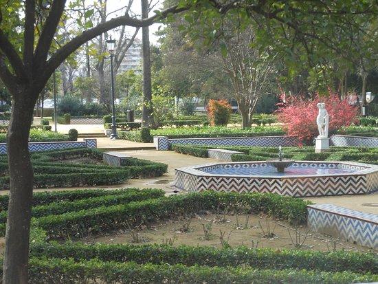 jardin aménagé - Picture of Parque de Maria Luisa, Seville ...