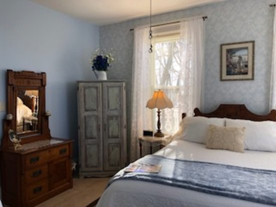 Cloran Mansion Bed & Breakfast : John's Room newly decorated for 2018