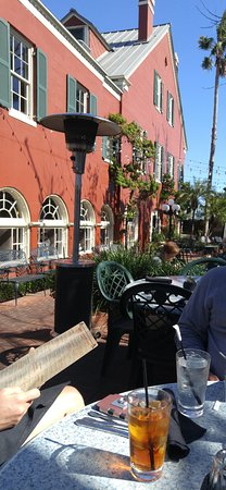 Harry's Seafood Bar and Grille: Beautiful courtyard!