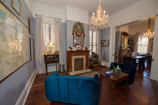 Maison de Macarty: Sitting area with a great map of New Orleans.