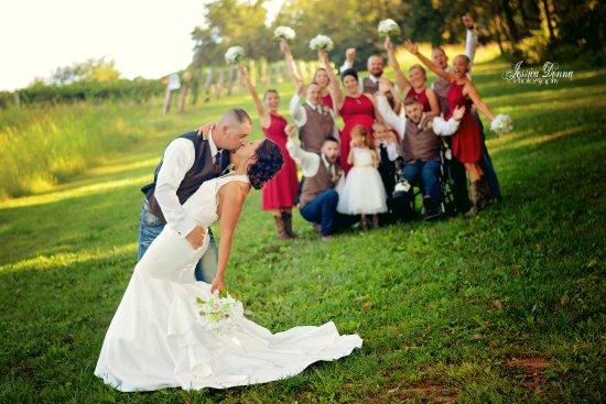 Hillsboro, Миссури: Wedding Shots in the Vineyard