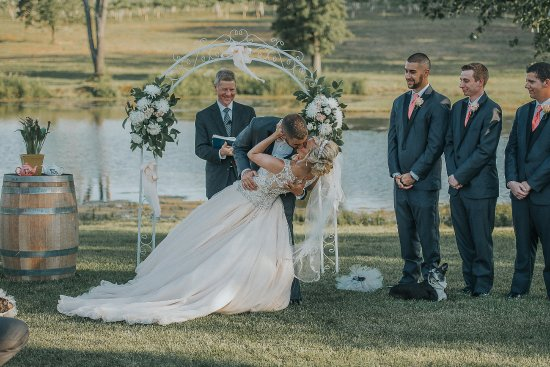Hillsboro, MO: First Kiss at a Beautiful Lakeside Ceremony