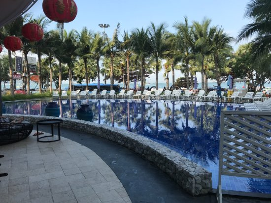 A-ONE Pattaya Beach Resort: Pool that A-One guest can use across the street