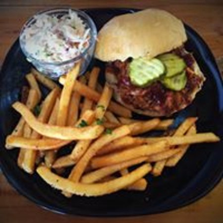 Canton, Kuzey Carolina: Slow cooked in house pulled pork and housemade coleslaw, served with fries.