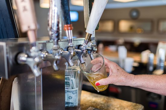 Ramona, CA: Cold beer on tap at Par Lounge
