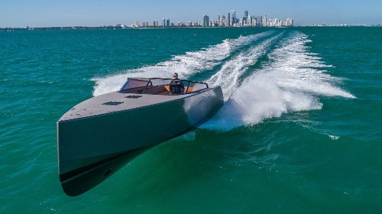 Y Charter Miami: 40 VanDutch Running Shot