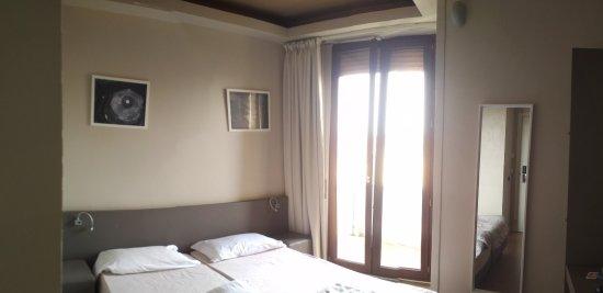 chambre double- salle de bain petite avec douche- terrasse au 4eme ...