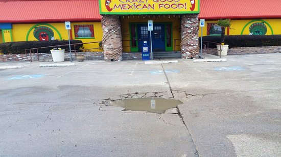 Gun Barrel City, TX: The danger in lot in front of the entrance to restaurant