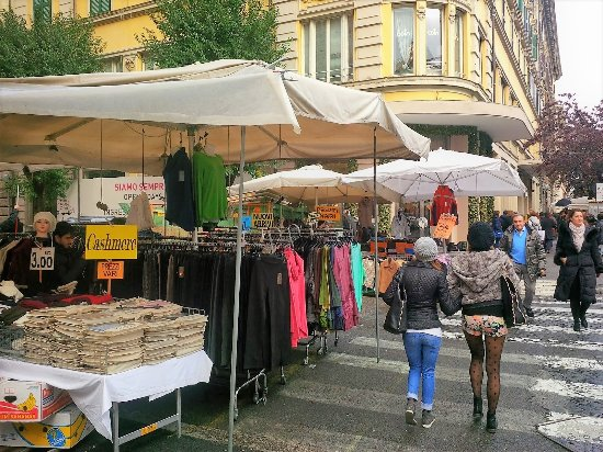Рим, Италия: Fun to discover low prices at outdoor travelling markets where locals shop.