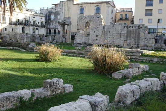 Tempel des Apollo (Tempio di Apollo): Vista parcial del espacio que ocupaba el templo, con los pocos restos de él que se conservan.