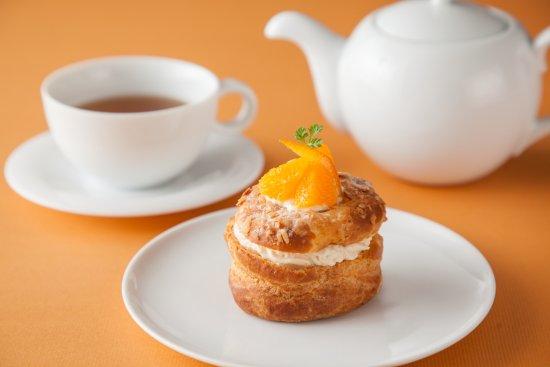 Lounge South Court: オレンジとプラリネのシュークリーム / ORANGE AND PRALINE CREAM PUFF