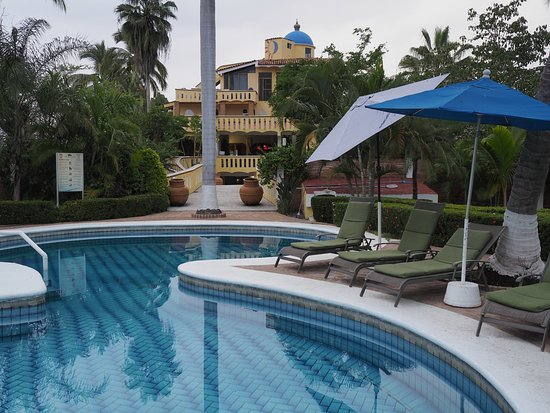Villa Corona del Mar: The pool and area are clean, surrounded by trees and shrubs.