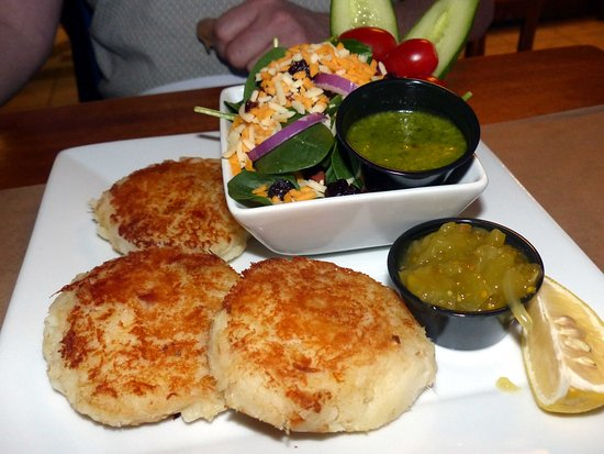 Barrington, Canada: Seastar fish cakes, salad and green tomato chow