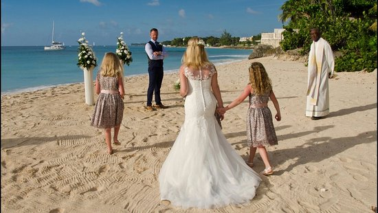 Crystal Cove by Elegant Hotels: Walking to the wedding setting