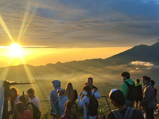 Toya Bungkah, Indonesien: sunrise with hikers