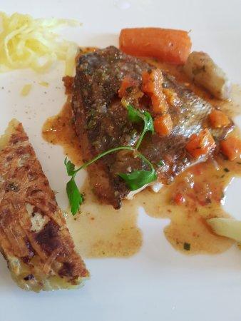 Saint-Macaire, Francia: plat ..poisson pt legumes...tres bien...le dessert pas de photo trop bon je me suis jeté dessus