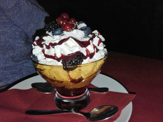 Vino Vino: Meringue & berries - wonderful!
