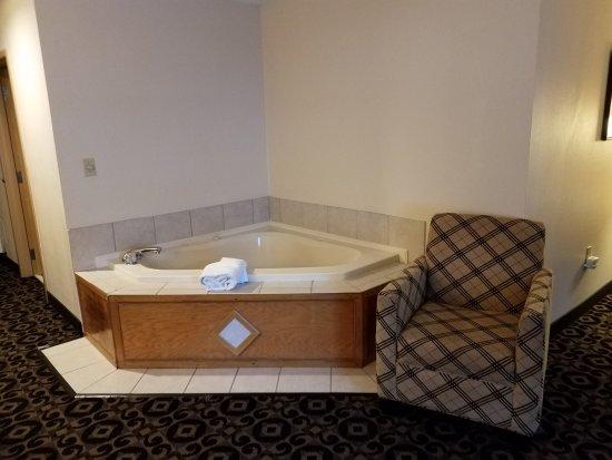Quality Inn & Suites University: Nice jacuzzi tub