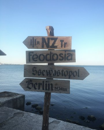 Feodosia Municipality: Указатель в конце набережной