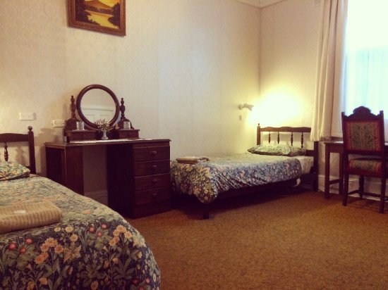 Strahan Wilderness Lodge: Room 3 - Twin Room (2 single beds) with ensuite and bath.
