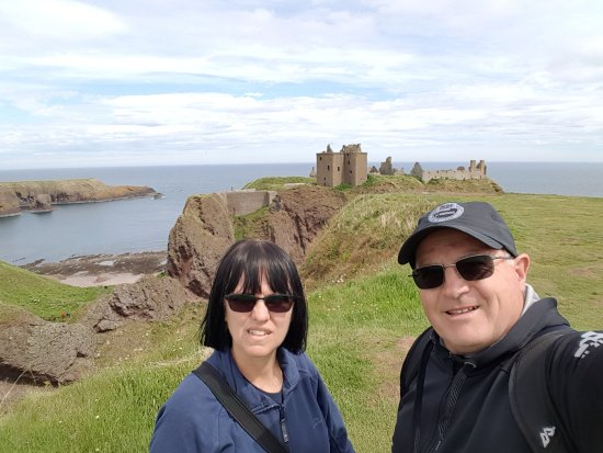 Stonehaven, UK: Selfie with us and the spectacular Castle
