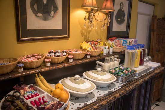 Albert & Victoria Guest House: A selection of fresh fruit, yoghurts, cereals and cheeses available alongside our cooked breakfa
