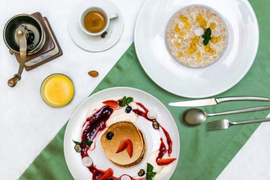 Кофе, свежевыжатый сок, каша (на выбор) с карамелизированными яблоками и панкейки ВСЕГО за 340 р