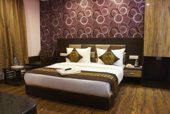 OYO 1475 Hotel WaterFall: KING SIZE BED
