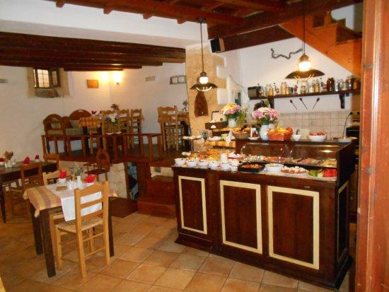 Amphora Hotel: Salle des petits déjeuners, buffet