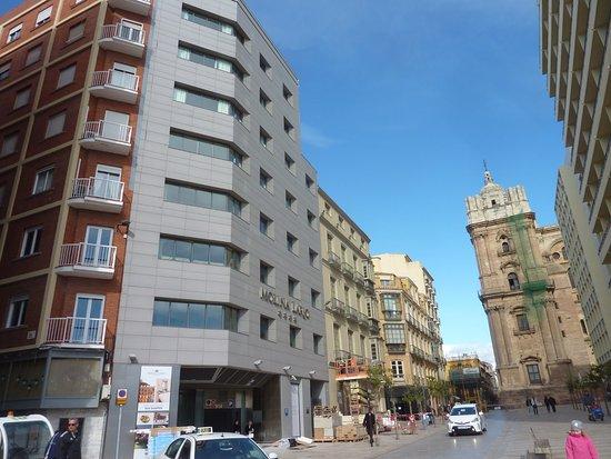 Hotel Molina Lario : Fachada gris, sin gracia