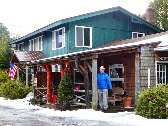 Adirondack Motel: Entrance all decorated for winter.