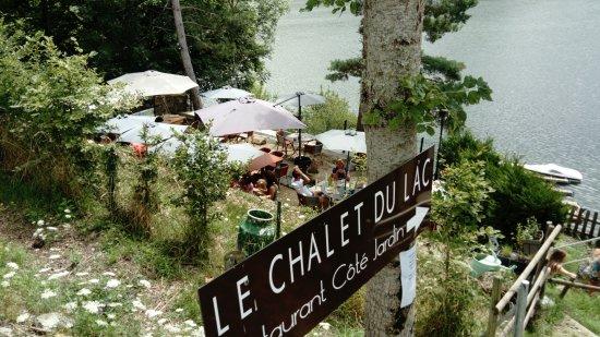 Therondels, فرنسا: Terrasse du restaurant, au dessus du Lac du barrage de Sarrans
