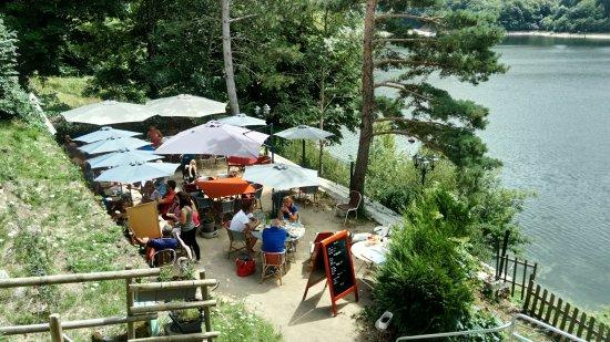 Therondels, França: Terrasse du restaurant, au dessus du Lac du barrage de Sarrans