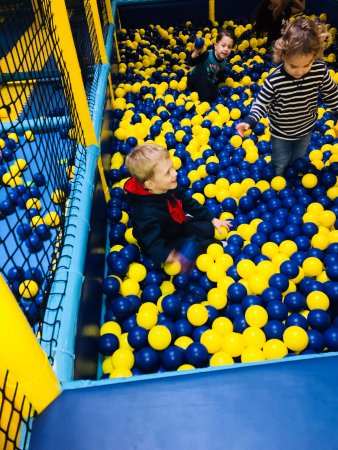 St. Catharines, Canadá: Kids love the ball pit!