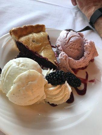 Paradise, วอชิงตัน: Beyond description! So good fresh huckleberry pie and icecream