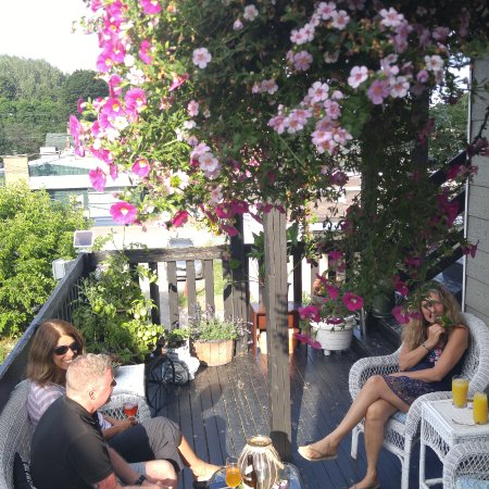 Pictou, Canada: guests enjoying drinks on the patio