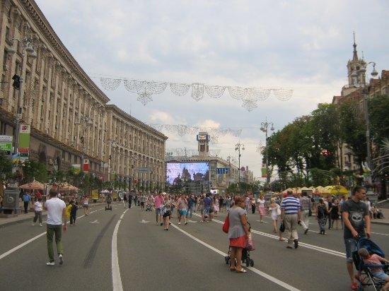 Крещатик - пешеходная улица в выходные дни