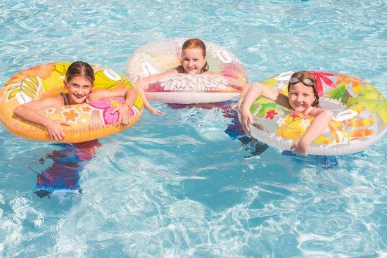 Winnetu Oceanside Resort: Swimming in the outdoor heated Winnetu pool.