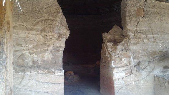 Zona Arqueológica de Malinalco: dentro construccion hay una aguila piso tallada precioso