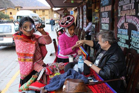Ollantaytambo, Peru: La simpatía de Diana y nuestra lupa!!!