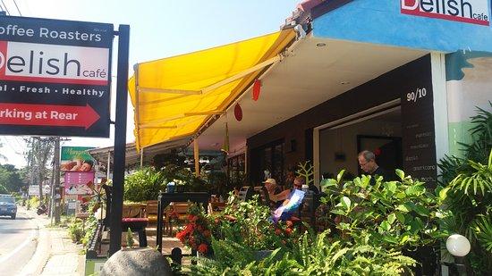 Delish Cafe: Vue de l'extérieur