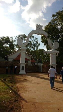 Jaya Sri Maha Bodhi: The Arch welcomes the devotees