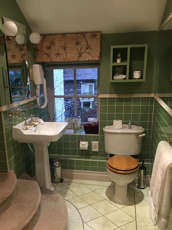 Gilpin Hotel & Lake House: Nice smelliest but a wooden toilet seat - not for me thanks!
