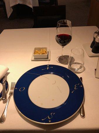 Table dressée et vin rouge en apéritif