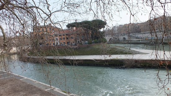 Isola Tiberina: view from the quai