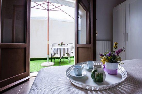 Kyanos Residence: camera matrimoniale con cortile privato