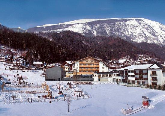Stans, Österrike: Aussenansicht Hotel Schwarzbrunn mit Skipiste