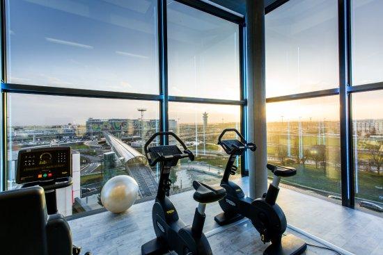 Salle de fitness avec vue sur l'aéroport d'Orly